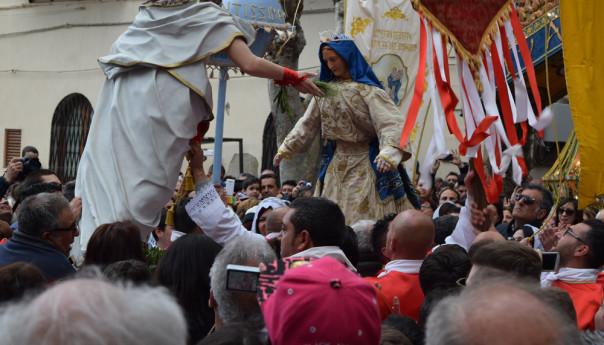 Buona Pasqua dal paese più bello del mondo! Tripudio di beltà e tradizione, Archi di Pasqua 2015.